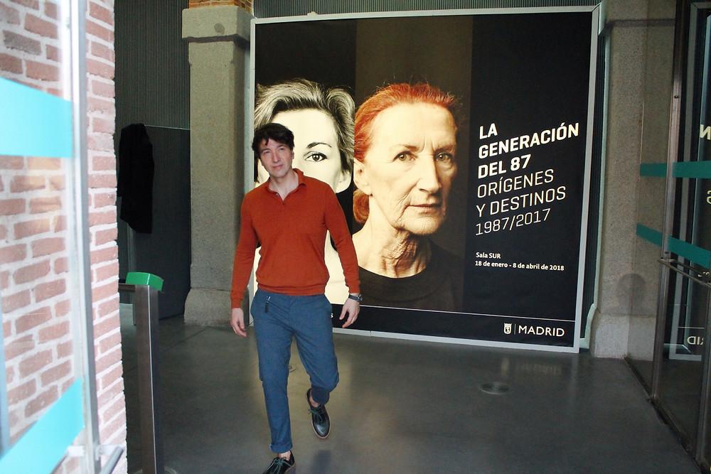 The Trendy Man a la salida de la exposición La Generación del 87, orígenes y destinos.