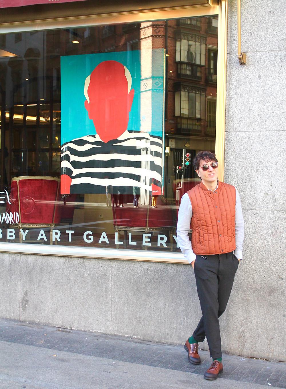 The Trendy Man a las afueras del Hotel Emperador