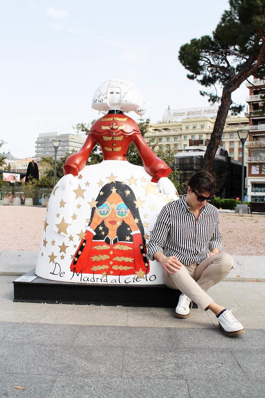 """The Trendy Man junto a la Menina con el lema """"De Madrid al Cielo"""""""