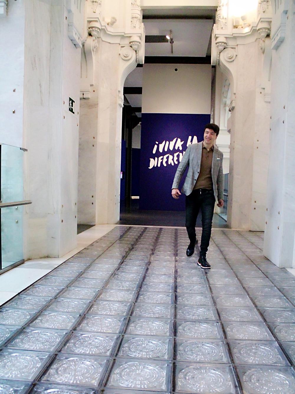 Miguel Biedma saliendo de la exposición Viva la Diferencia en Madrid