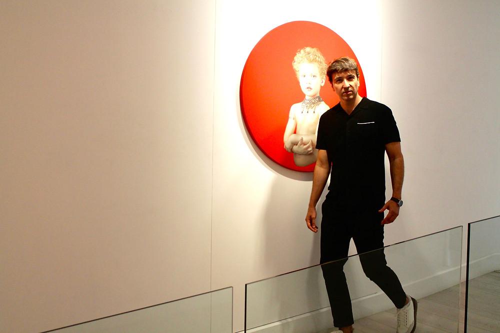 Miguel Biedma saliendo de la exposición de Salustiano en Madrid