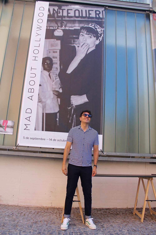 The trendy Man a las afueras de la Sala El Aguila tras ver la exposición Mad About Hollywood