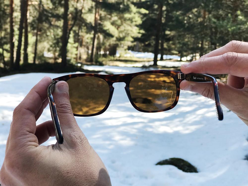 Las gafas que lleva en la excursión son de Persol.