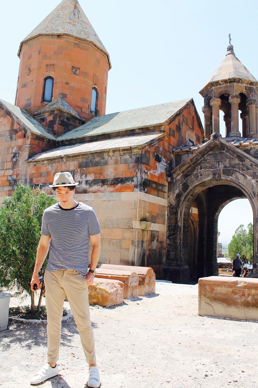 the trendy man en Khor Virap en Armenia