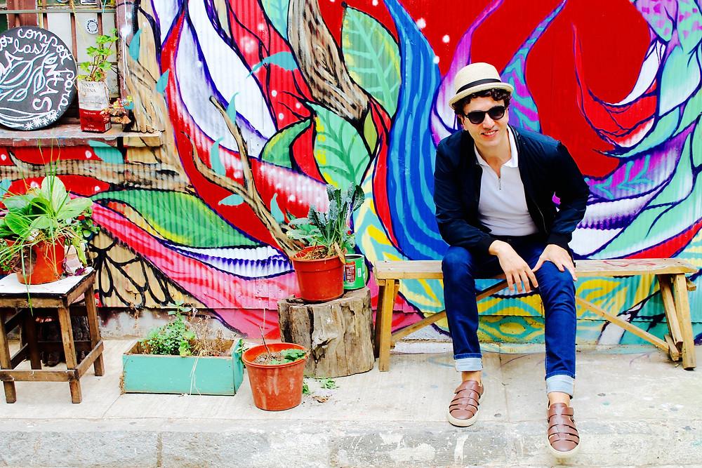 Miguel Biedma en las calles de Valparaiso
