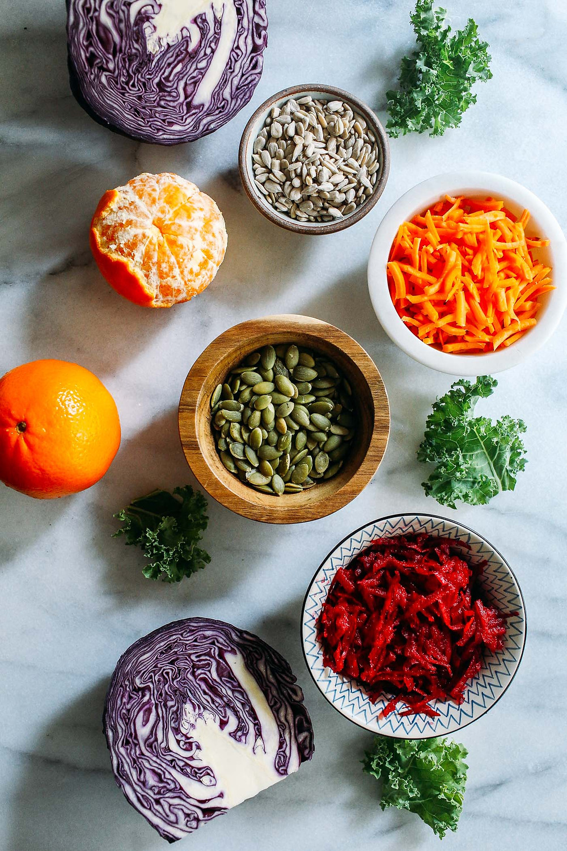 Ingredientes de la ensalada vegana de kale