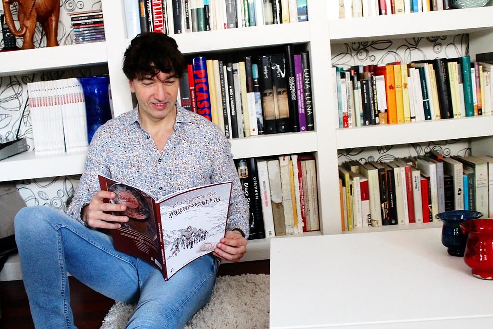 Miguel Biedma lee con atención el cómic El enigma de Samargatha