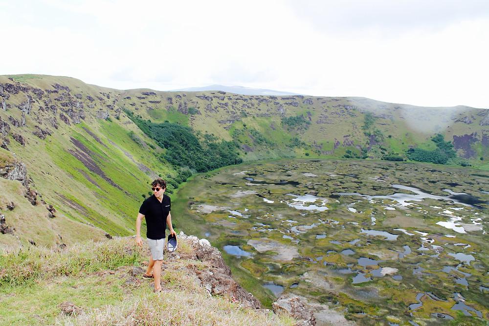 The trendy man en el crater de la Isla de Pascua