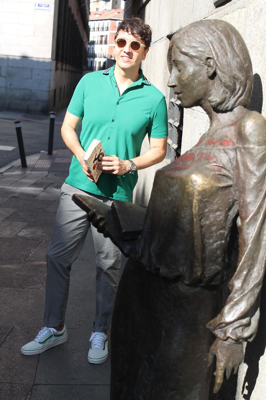 Miguel Biedma vestido de Topman junto a Julia