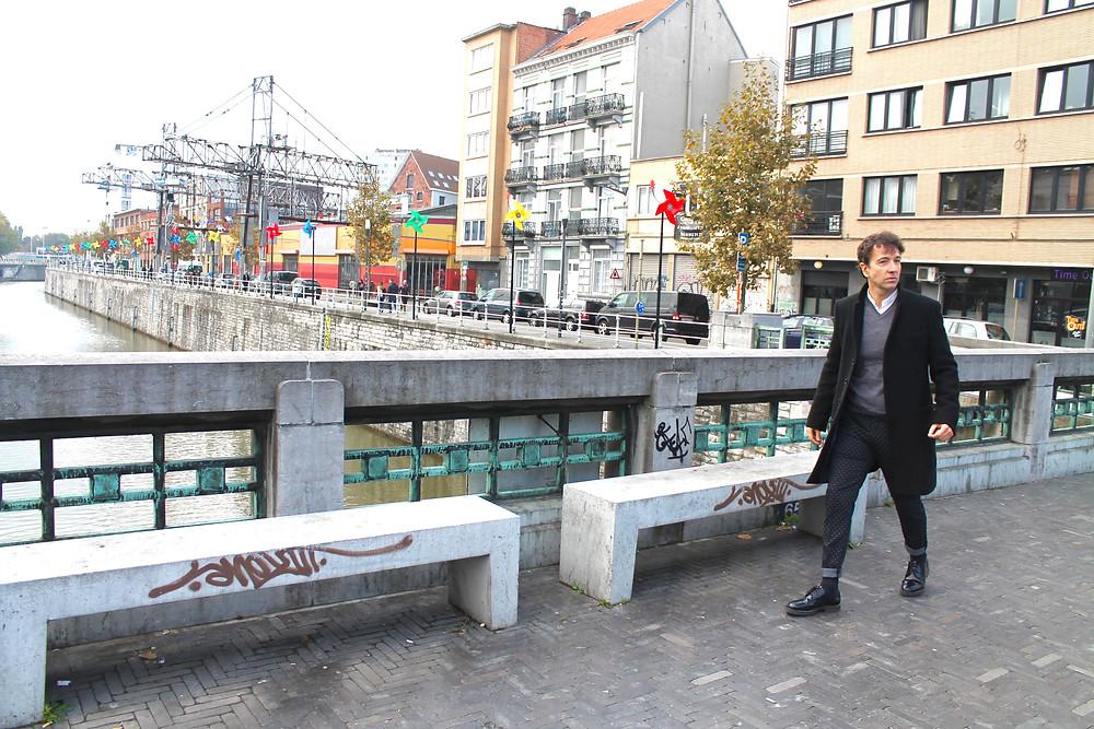Miguel Biedma a la entrada de Molenbeek
