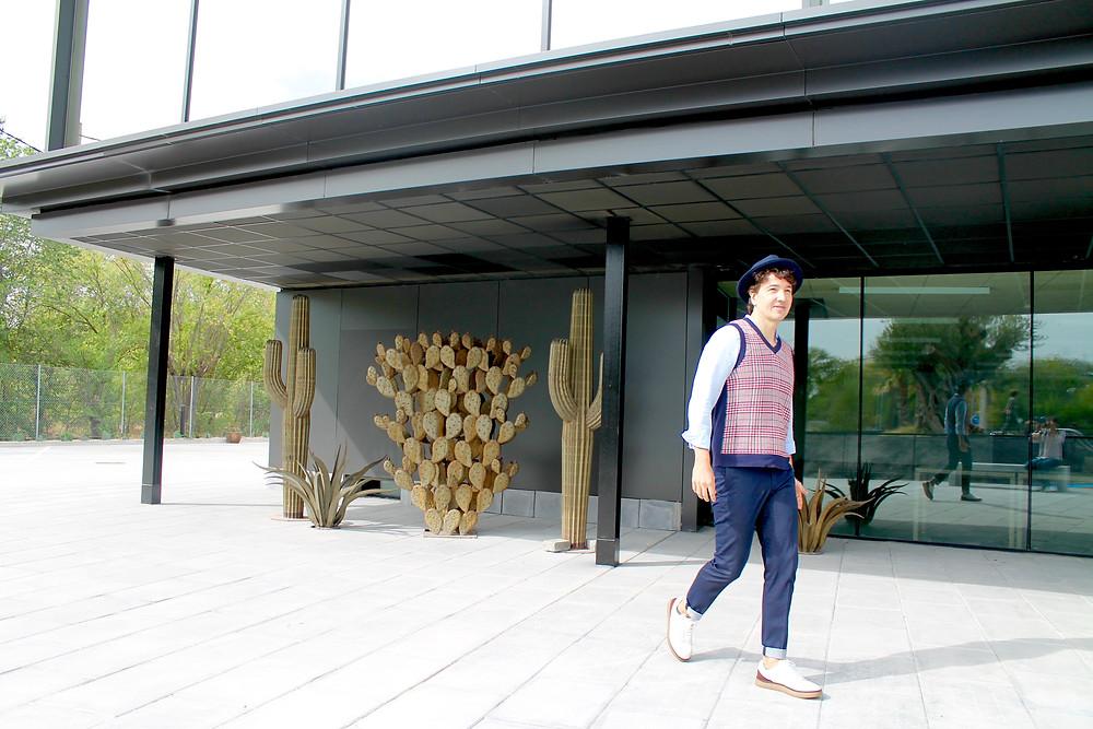 Miguel Biedma paseando por Desert City
