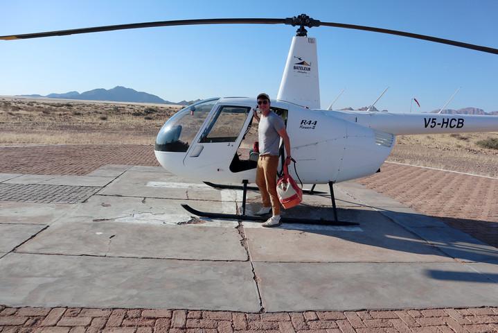 helicoptero-desierto-namibia-the-trendy-man.jpeg