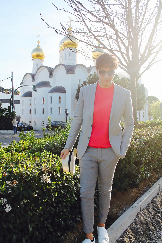 Miguel Biedma a las afueras de la iglesia ortodoxa rusa de la capital de españa