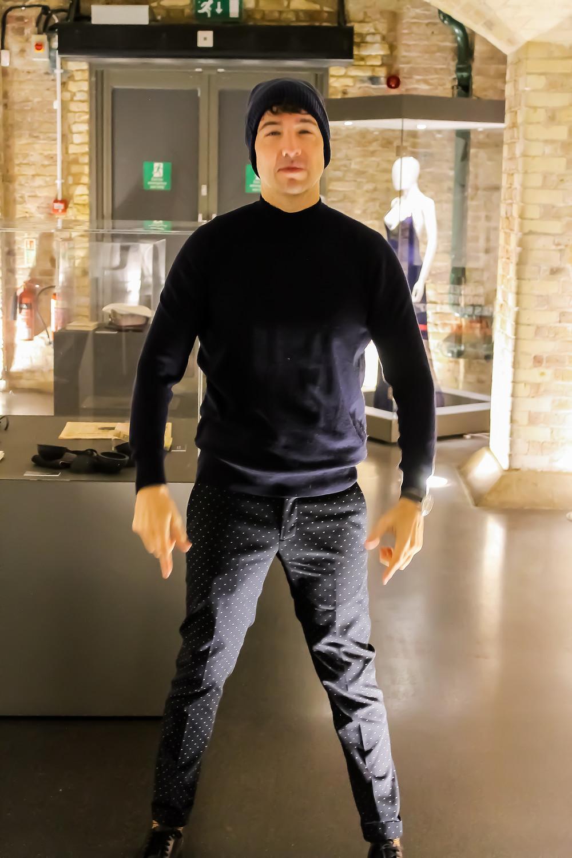 The trendy Man viendo la exposición Bond in Motion