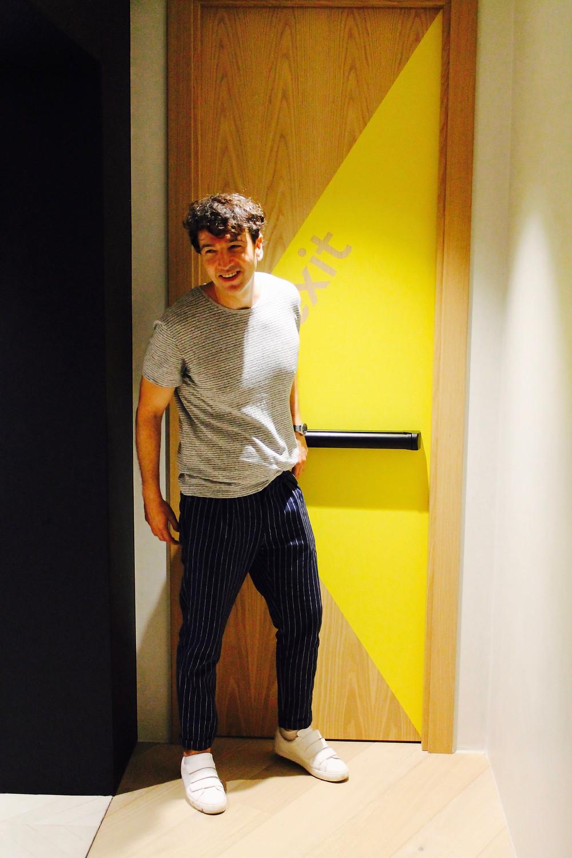 The trendy man en el edificio del estudio de diseño id real en madrid