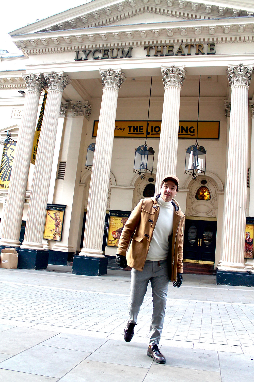 The trendy Man a la puerta del musical El Rey Leon en Londres