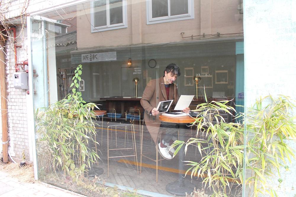 En una cafetería del barrio de Bukchan con The Trendy man