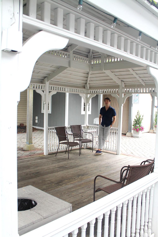 The Trendy Man en el porche de una casa Amish