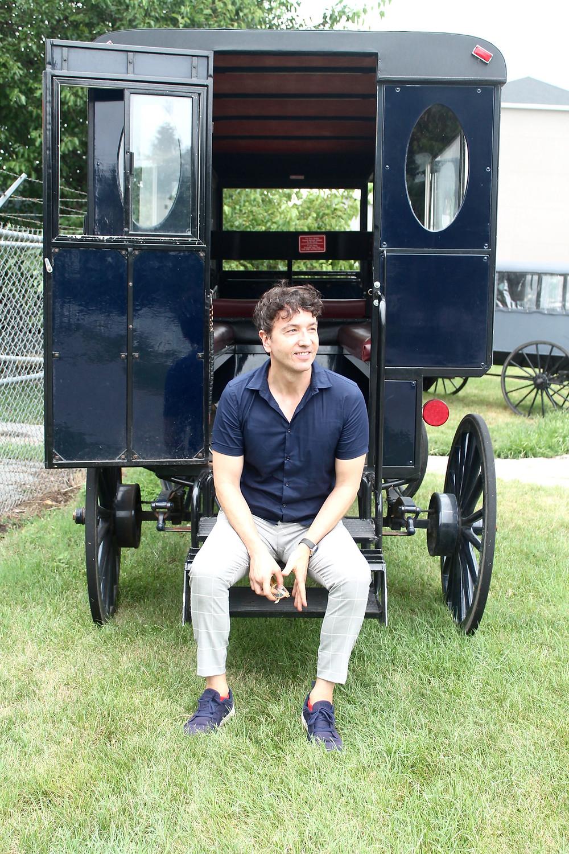 Miguel Biedma sentado en la típica carretilla Amish