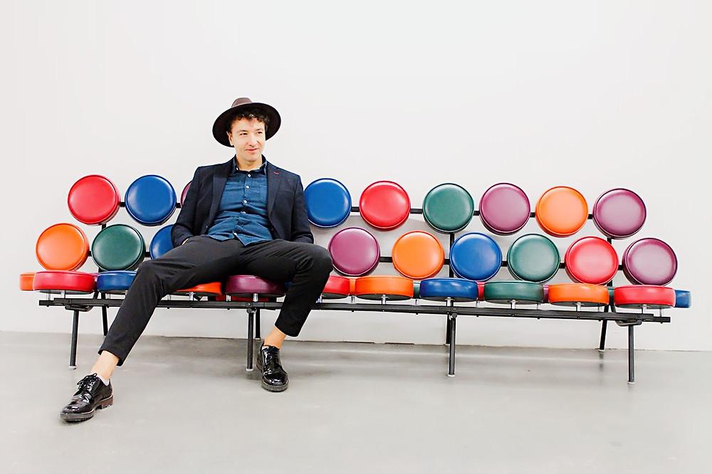 The Trendy Man en el sofá de la entrada del ADAM