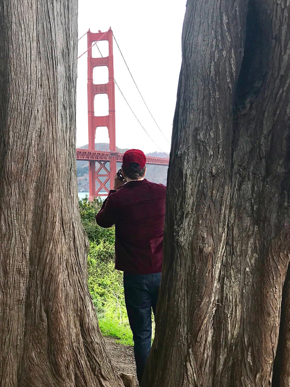 The trendy Man viendo el Golden Gate en San Francisco