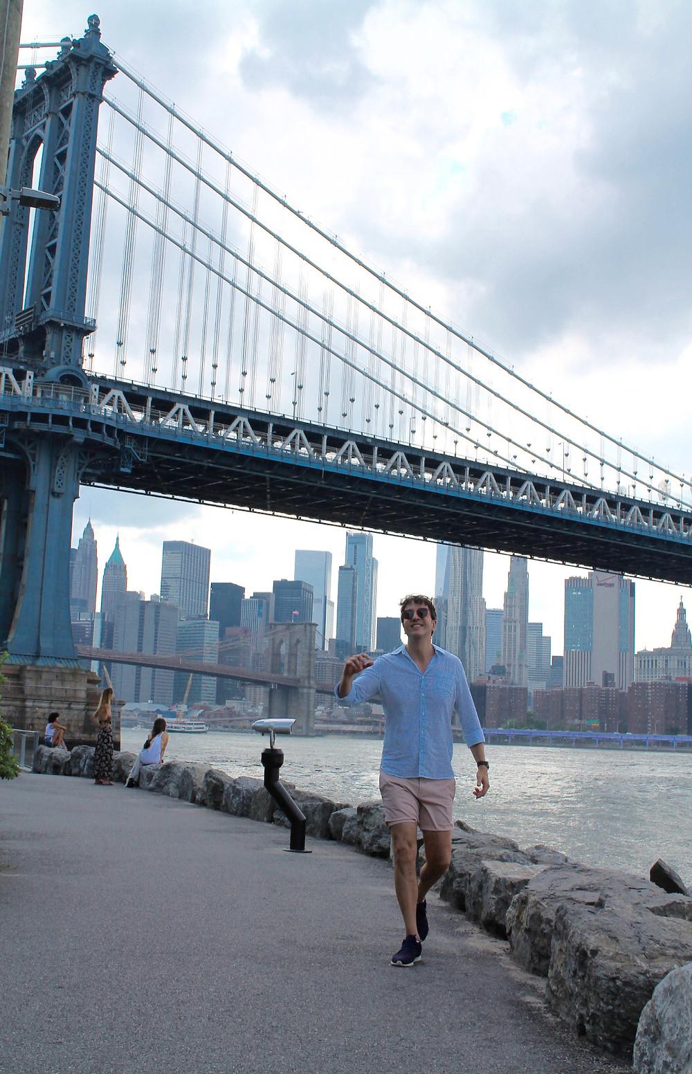 The Trendy Man enfrente del puente de Brooklyn