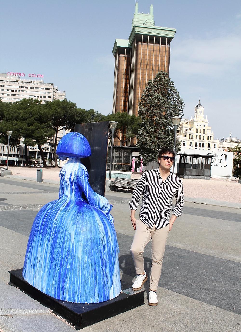The Trendy man junto a la Menina Azul