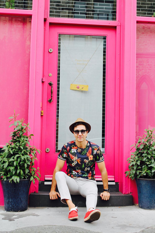 the trendy man en una puerta de Notting Hill