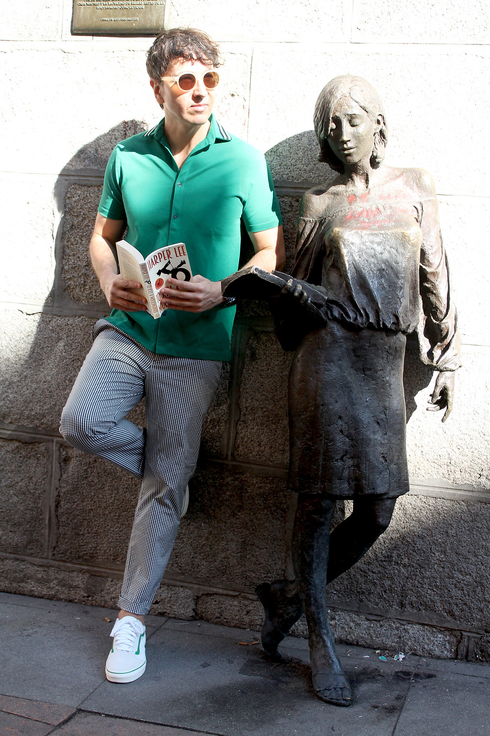 The Trendy Man con Julia, la estatua de Malasaña