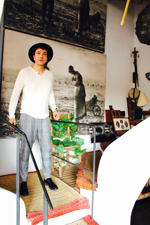 The Trendy Man entrando en el estudio de Salvador Dali