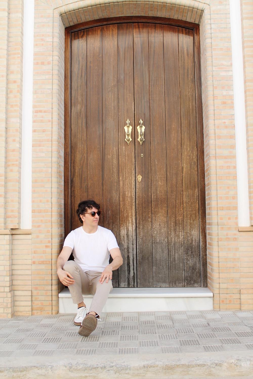 The Trendy Man en una puerta típica de Moguel