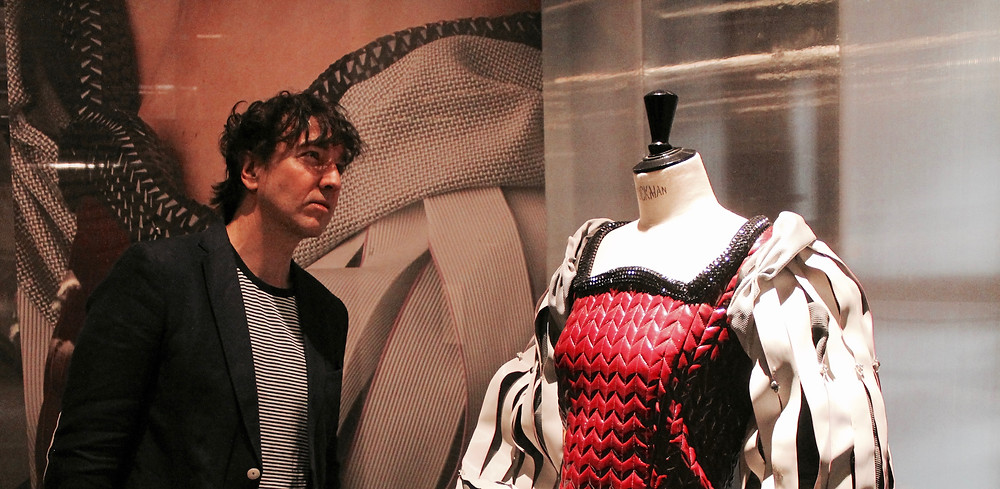 Miguel Biedma viendo la exposición en el Matadero Madrid