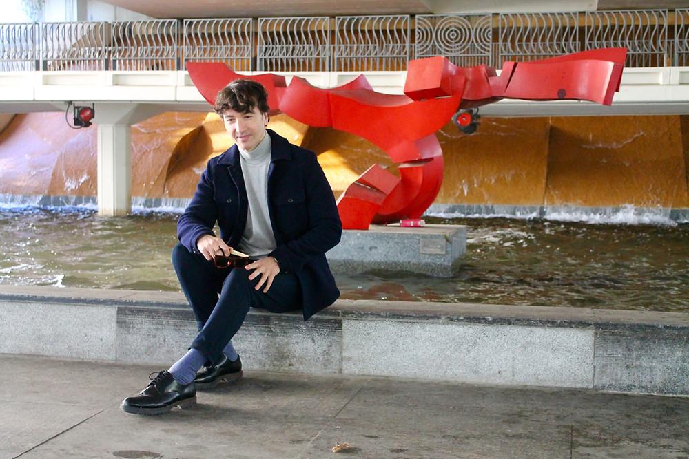 Miguel Biedma sentado en el Museo al Aire Libre de Madrid