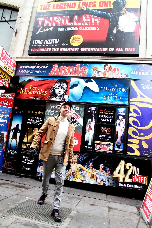 The Trendy Man en un box office de los teatros en Londres