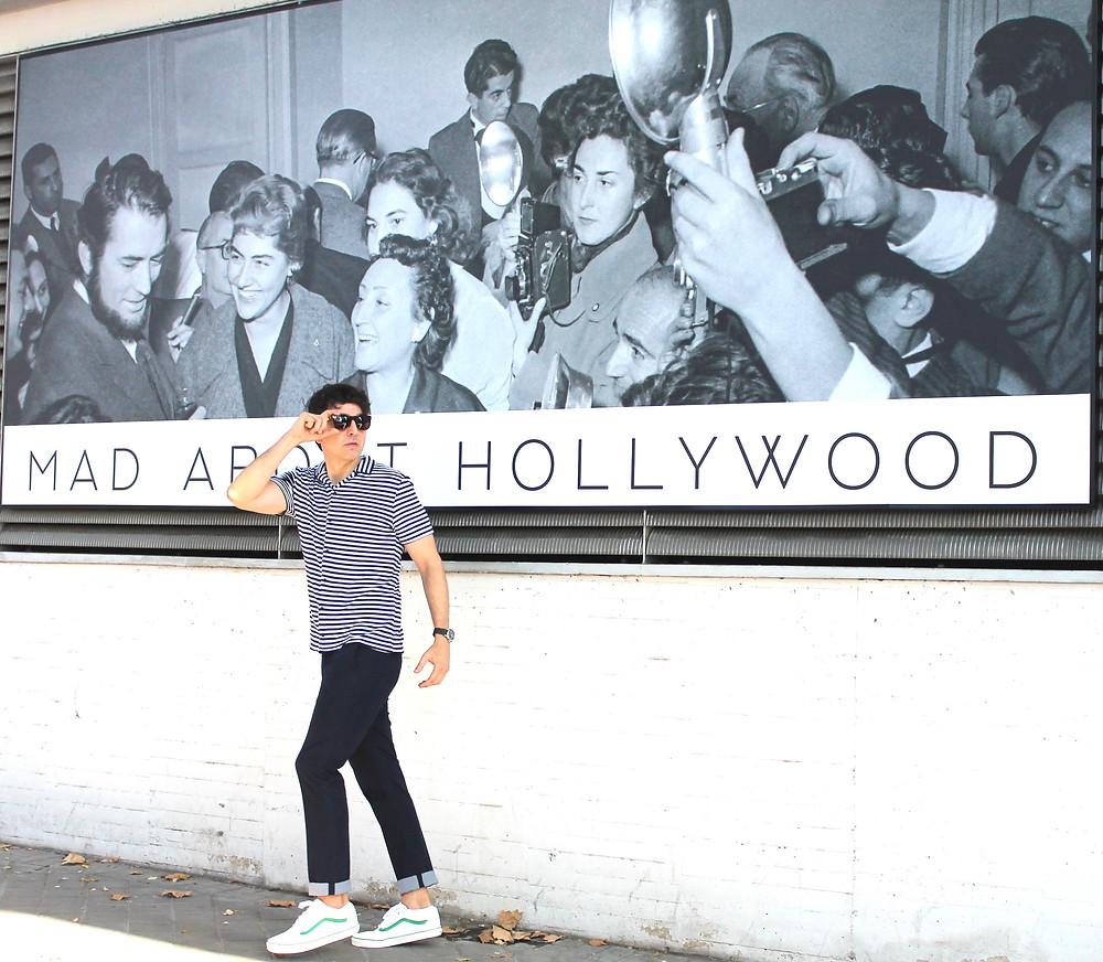 The Trendy Man frente al cartel de la exposición MAD ABOUT HOLLYWOOD