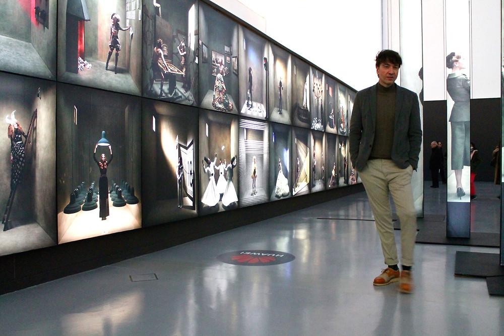 Miguel Biedma en la exposición de Eugenio Recuenco
