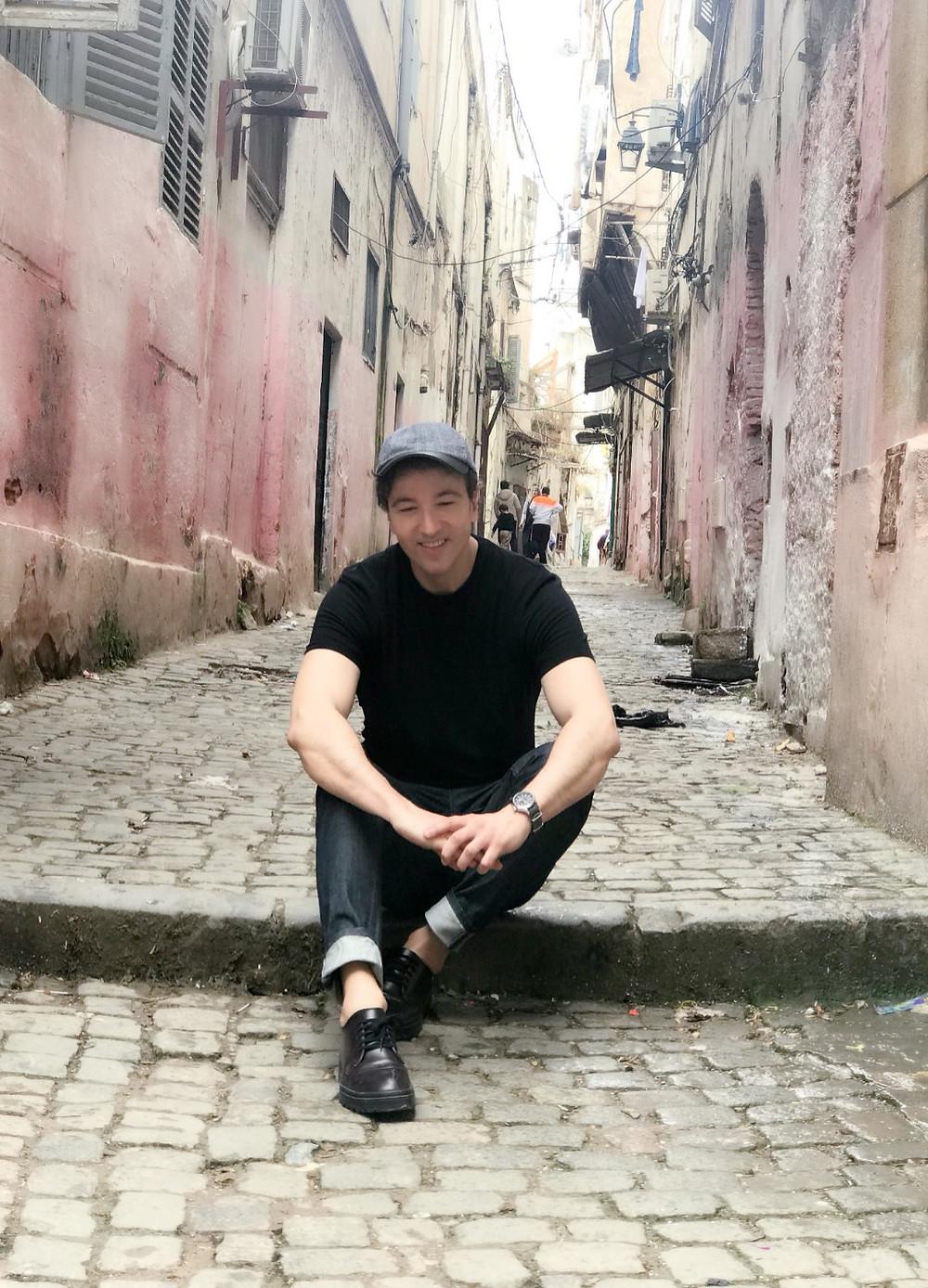 The Trendy Man sentado en una de las calles de la Casbah de Argel