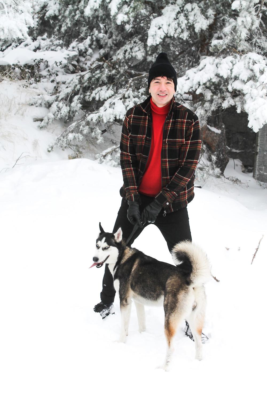 The Trendy Man con su perrita Sara en la nieve