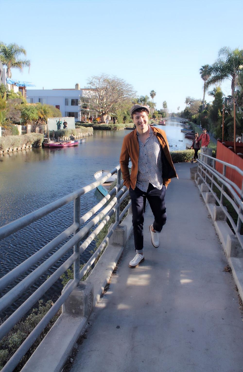 The trendy Man paseando por Venice, Los Angeles
