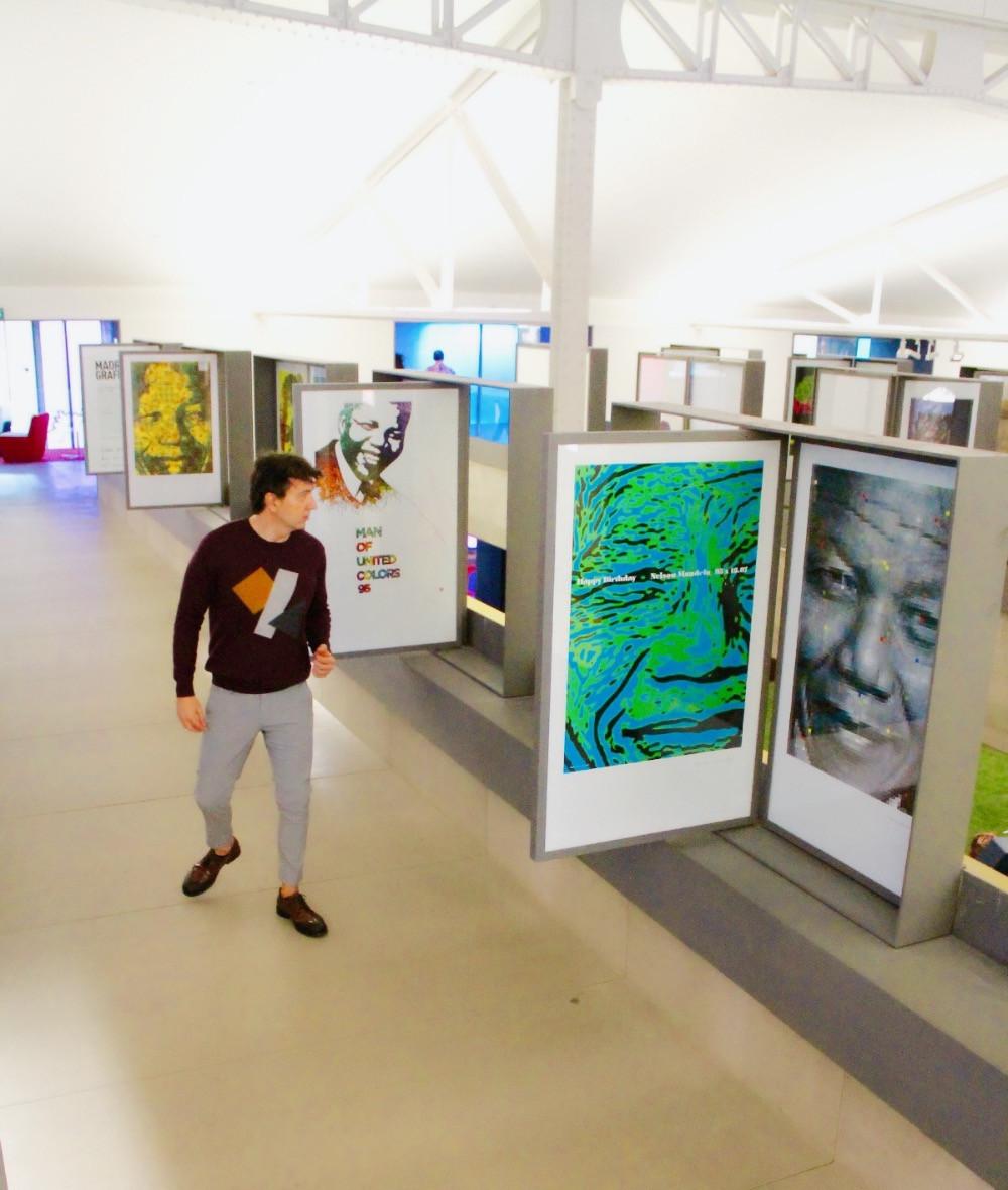 Miguel Biedma en la exposición de Mandela