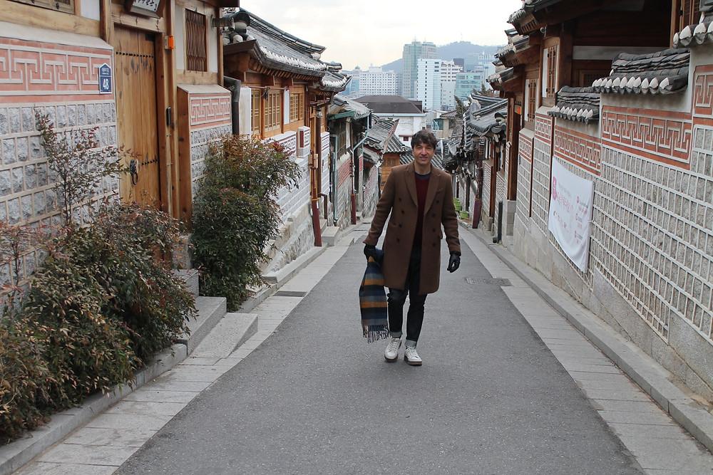 La ropa que lleva The Trendy Man es de Mixxo, una conocida marca coreana.