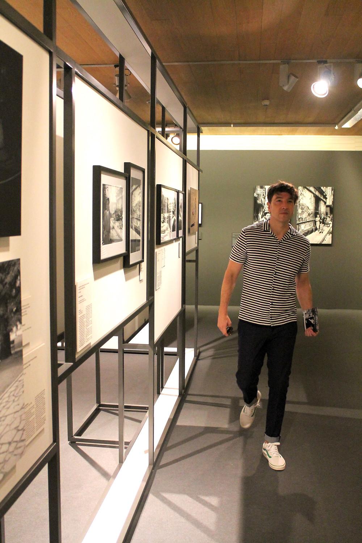 Miguel Biedma recorriendo los pasillos de la muestra Mad About Hollywood