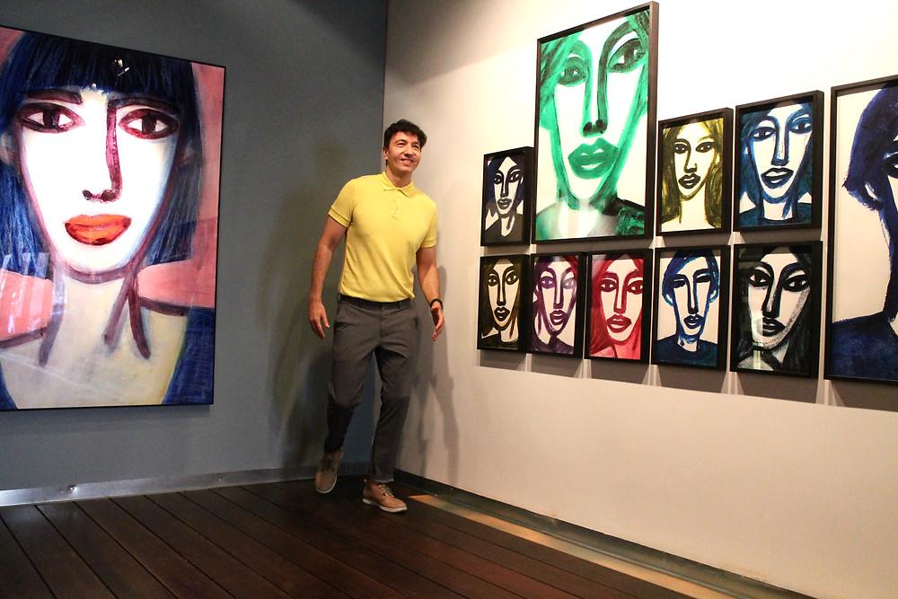 The Trendy Man disfrutando de la exposición de Oscar Mariné