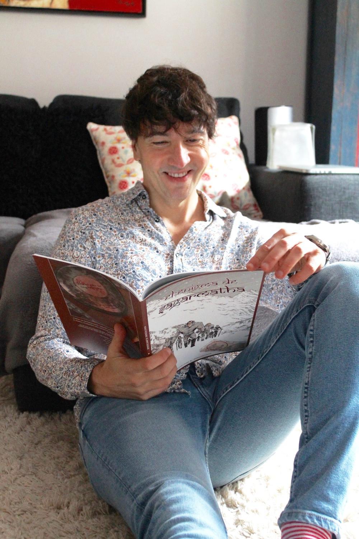 The Trendy man leyendo El enigma de Sagarmatha