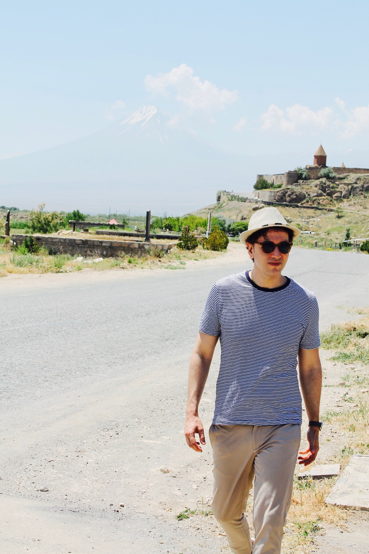 the trendy man a las pies del monte ararat