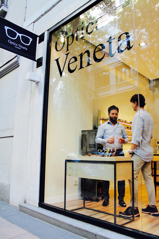 The trendy man compra sus gafas en óptica veneta