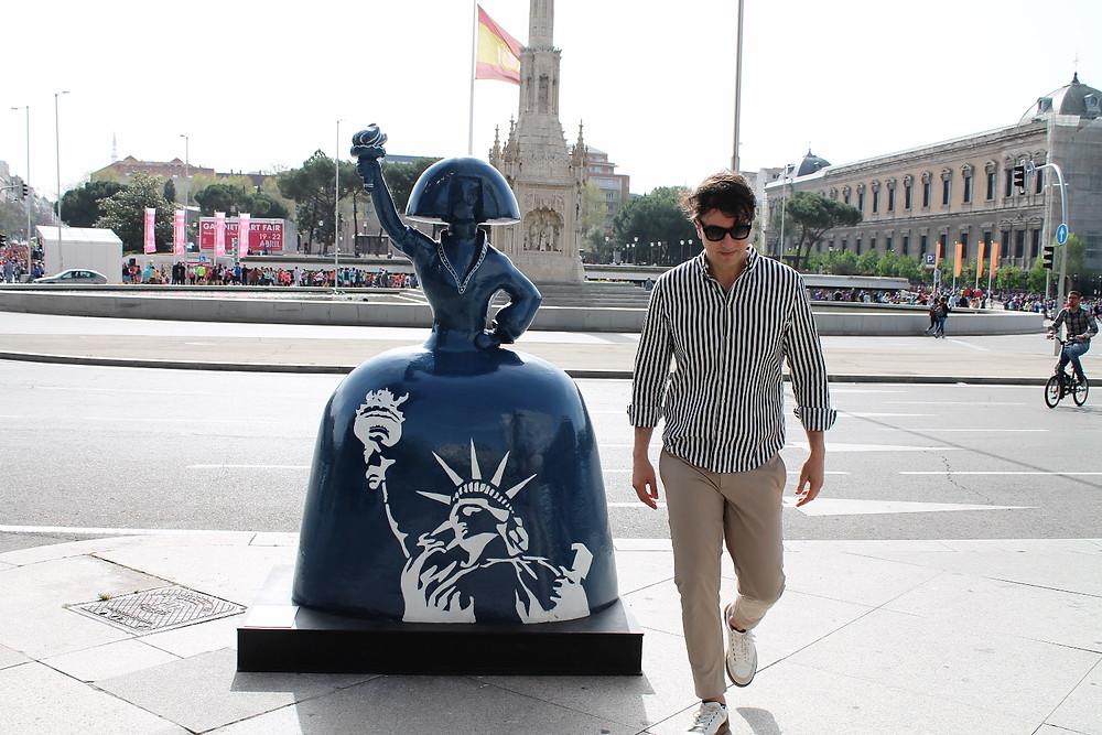 The Trendy Man en la Plaza de Colon de Madrid junto a una Menina