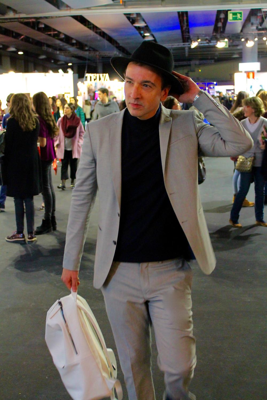The Trendy Man antes de entrar a ver los desfiles en la MBFWM