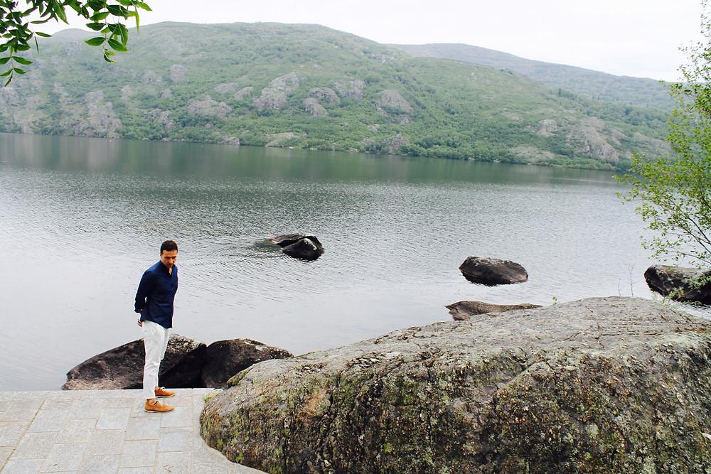 Disfrutando del lago de Sanabria, the trendy man