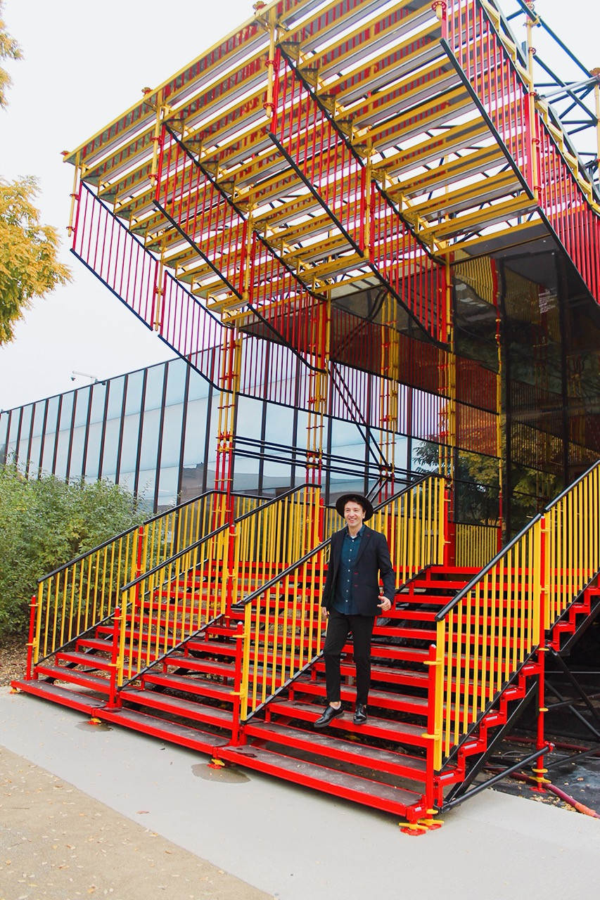 The Trendy Man en la espectacular escalera de entrada al ADAM